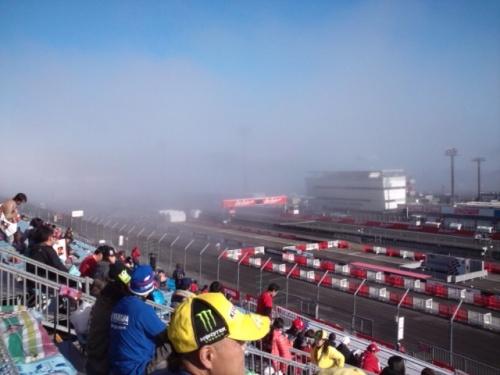 土曜日の朝、Moto3のセッション開始直後。霧がみるみる1コーナーを飲み込んでいく。