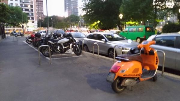 市内はベスパとバイクがたくさん